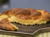Хляб с бекон, лук и чедър